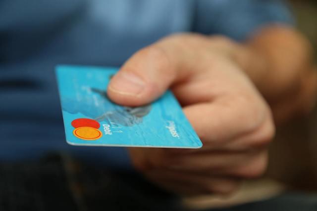 """""""クレジットカードを持つ男性""""/"""