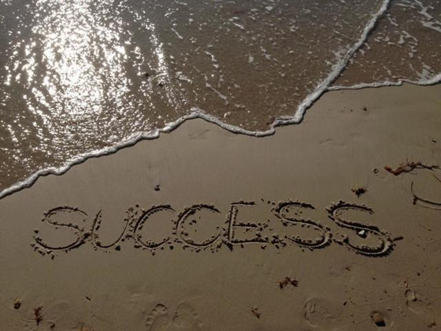"""""""砂浜に書かれた「SUCCESS」の文字"""""""