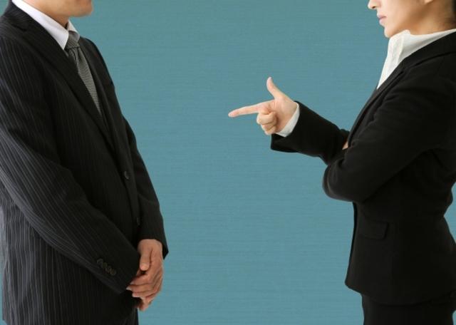 仕事で対立する男女